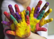 Покрашенные руки маленькой девочки и мальчика Стоковое Изображение RF