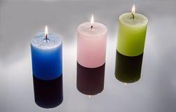 Покрашенные свечи в серой предпосылке стоковые изображения rf