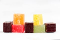 Покрашенные студни помадки и bonbons шоколада на белом bakground Стоковое Фото