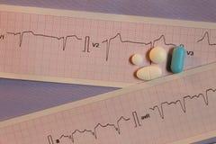 Покрашенные таблетки на прокладках электрокардиограмм стоковые изображения rf