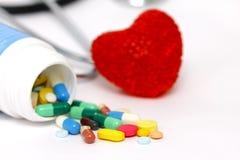 Покрашенные таблетки с красным сердцем Стоковая Фотография RF