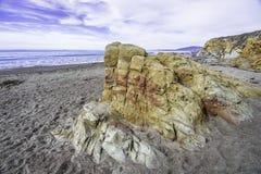 Покрашенные утесы на пляже Стоковая Фотография RF