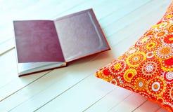 Покрашенные уютные подушки и handmade книга для остатков Стоковое фото RF