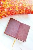 Покрашенные уютные подушки и handmade книга для остатков Стоковое Изображение