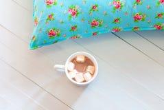 Покрашенные уютные подушки и handmade чашка какао Стоковое фото RF