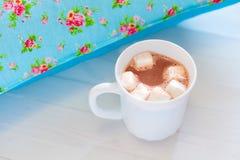Покрашенные уютные подушки и handmade чашка какао Стоковое Изображение