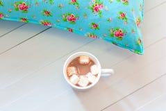 Покрашенные уютные подушки и handmade чашка какао Стоковая Фотография RF