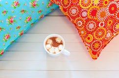 Покрашенные уютные подушки и handmade чашка какао Стоковое Изображение RF