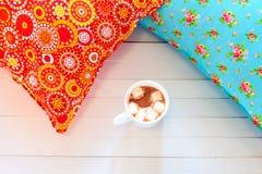 Покрашенные уютные подушки и handmade чашка какао Стоковое Фото