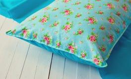 Покрашенные уютные подушки и handmade Стоковая Фотография