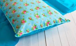 Покрашенные уютные подушки и handmade Стоковая Фотография RF