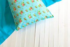 Покрашенные уютные подушки и handmade Стоковые Изображения