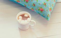 Покрашенные уютные подушки и handmade Стоковое фото RF