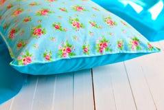 Покрашенные уютные handmade подушки Стоковые Фотографии RF