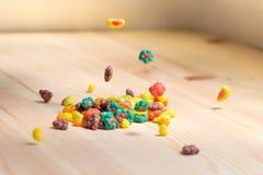 Покрашенные хрусты понижаясь на деревянный стол Стоковая Фотография RF