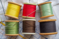 Покрашенные хлопки и шить игла Стоковая Фотография