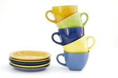 Покрашенные чашки и плиты Стоковые Изображения