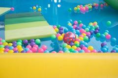 Покрашенные шарики в бассейне шарика спортивной площадки Стоковые Фотографии RF