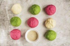 Покрашенные шарики теста готовые для печь Стоковая Фотография