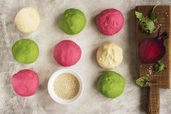 Покрашенные шарики теста готовые для печь Стоковые Изображения