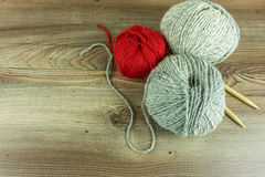 Покрашенные шарики шерстей с иглами стоковое изображение