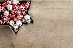 Покрашенные шарики яркого блеска рождества, красный и серебристое Стоковая Фотография