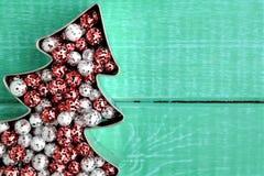 Покрашенные шарики яркого блеска рождества, красный и серебристое Стоковое Фото