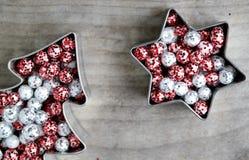 Покрашенные шарики яркого блеска рождества, красный и серебристое Стоковое Изображение
