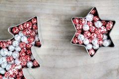 Покрашенные шарики яркого блеска рождества, красный и серебристое Стоковое Изображение RF