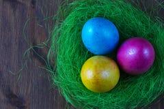 Покрашенные яичка цыпленка для предпосылки пасхи для украшения конструируют Стоковые Изображения RF