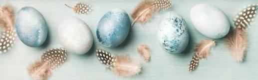 Покрашенные яйца на праздник пасхи над светлым - голубая предпосылка стоковая фотография rf