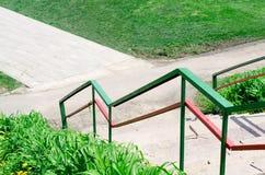 Покрашенные яркие покрашенные перила лестницы стоковое изображение rf