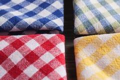 Покрашенные checkered салфетки на деревянном столе Стоковые Фотографии RF