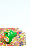 покрашенные figurines дракона gaily завертывают в бумагу Стоковая Фотография