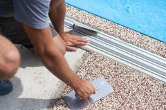 Покрашенный бетон вокруг бассейна стоковые фотографии rf