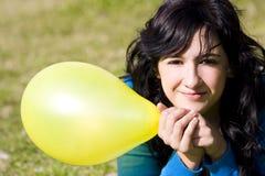 покрашенный воздушным шаром милый желтый цвет девушки Стоковые Фото