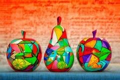 Покрашенный вручную деревянный плодоовощ - груши и яблоки Handmade современное искусство Стоковые Изображения