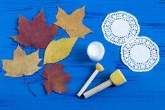 Покрашенный вручную на сухих листьях осени Стоковые Фото