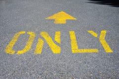 Покрашенный знак прямой вперед только Стоковые Изображения RF