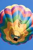 Покрашенный использующий горячий воздух воздушный шар в полете увиденном снизу Стоковая Фотография