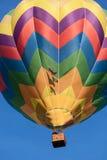 Покрашенный использующий горячий воздух воздушный шар в полете Стоковое Изображение