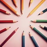 Покрашенный карандаш на бумажной предпосылке для круга цвета чертежа Стоковое Изображение RF