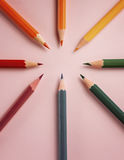 Покрашенный карандаш на бумажной предпосылке для круга цвета чертежа Стоковые Изображения