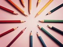 Покрашенный карандаш на бумажной предпосылке для круга цвета чертежа Стоковые Фотографии RF
