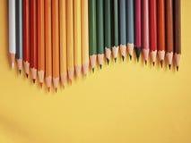 Покрашенный карандаш на желтой бумажной предпосылке для круга цвета чертежа Стоковые Изображения RF