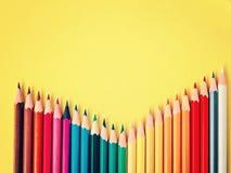 Покрашенный карандаш на желтой бумажной предпосылке для круга цвета чертежа Стоковые Фотографии RF