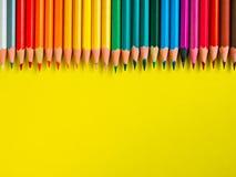 Покрашенный карандаш на желтой бумажной предпосылке для круга цвета чертежа Стоковая Фотография RF