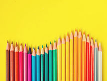 Покрашенный карандаш на желтой бумажной предпосылке для круга цвета чертежа Стоковое Изображение