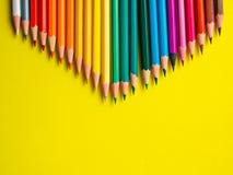 Покрашенный карандаш на желтой бумажной предпосылке для круга цвета чертежа Стоковое Изображение RF