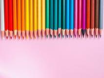 Покрашенный карандаш на розовой бумажной предпосылке для круга цвета чертежа Стоковые Фото